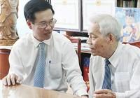 Vợ chồng cựu cán bộ ngoại giao nhận Huy hiệu 70 năm tuổi Đảng