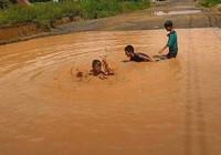 Làm đường để cho trẻ… tập bơi