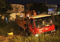 Xe tải mất thắng tông nhóm người đi bộ bên đường