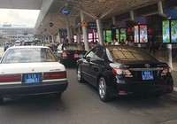 Xe công vụ vẫn đậu lì ở sân bay Tân Sơn Nhất