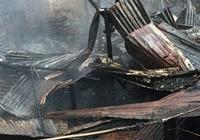 Tám căn nhà giữa Sài Gòn bị thiêu rụi