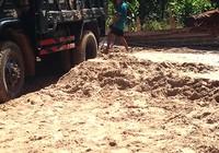 Nạn hút cát lậu làm chết suối Máu
