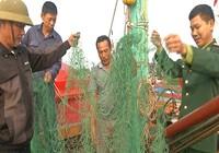 Bàn giao bằng chứng tàu nước ngoài phá tàu ngư dân Việt