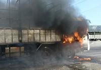 Xe tải bốc cháy dữ dội trên quốc lộ 1A