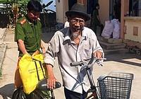 Cảnh sát 'cõng' gạo tết cho người nghèo