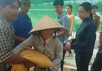 Báo Pháp Luật TP.HCM tặng quà cho người nghèo ở U Minh Hạ
