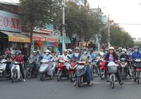 Treo banner phạt tiền người vứt tờ rơi, đường Sài Gòn sạch hẳn