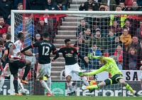 Premier League: Bóng ma Mourinho ám ảnh Van Gaal
