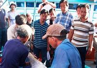 Ngư dân nhận lộc biển đầu năm