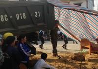 Xe tải mất lái lao lên vệ đường cán chết người