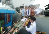 Tàu hải quân cứu ngư dân bị nạn ở Hoàng Sa