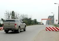 Dân bức xúc vì bị chặn cầu