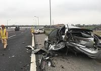 Dừng trên cao tốc, ô tô Ford bị xe Mercedes tông nát