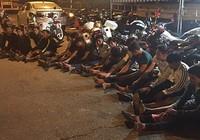 'Quái xế' chạy mô tô phân khối lớn ép xe CSGT