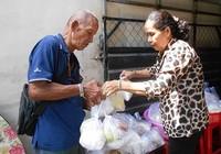 Cả phường tụm lại nấu cơm  cho người nghèo