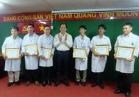 Khen thưởng sáu y, bác sĩ chữa bệnh với kỹ thuật chuyên sâu