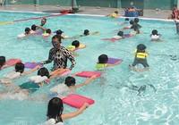 Mang xe đưa đón, dạy bơi miễn phí cho trẻ