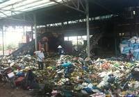 Ngủ phải trùm mền vì bãi rác ô nhiễm