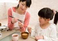 Cha mẹ định hình thói quen ăn uống, vận động cho con