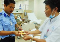 Nhân viên cấp cứu bán vé số giúp bệnh nhân