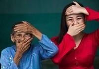 Tác giả 'cụ bà Việt đẹp nhất thế giới' tặng sách