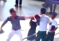 Đánh nữ nhân viên sân bay nhưng không chịu nhận