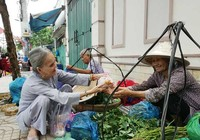 Người cao tuổi đến với bếp ăn tình thương