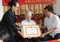 Trao huy hiệu cho người 70 tuổi Đảng