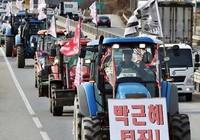 Gần 1.000 máy nông nghiệp biểu tình đòi bà Park từ chức