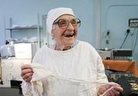 89 tuổi làm bác sĩ phẫu thuật già nhất thế giới