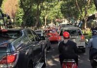 Ô tô dàn ngang, xe máy hết đường!