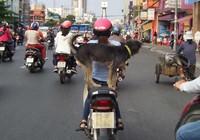 Chở chó trên xe máy có bị phạt?