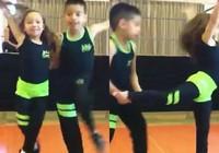2 vũ công nhí trình diễn điệu Salsa cực chất