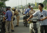Dắt xe máy qua chốt CSGT, có bị phạt?