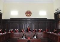 Tại sao Hội thẩm không được mặc áo choàng?