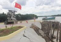 Tượng đài đang xây có nguy cơ đổ sụp xuống sông