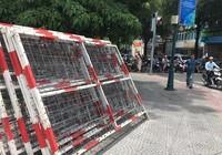 Nhiều khung kẽm gai ngay sát cổng trường tiểu học