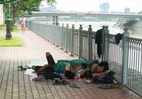 Nhếch nhác cảnh 'ngủ lang' bên bờ sông Bến Nghé