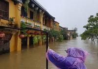 Miền Trung vẫn chìm sâu trong nước lũ