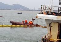 Hút dầu để trục vớt tàu chìm ở Quy Nhơn