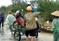 Chở xe máy qua đoạn lũ ngập kiếm tiền triệu