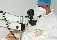 Không mang kính khi thí nghiệm, sinh viên bị hư một mắt