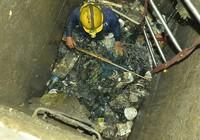 Gom rác khu vực máy bơm 'khủng' đường Nguyễn Hữu Cảnh
