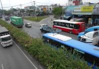 Container 'húc' xe buýt leo lên dải phân cách