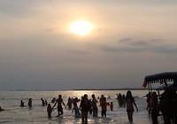Biển Cam Bình được du khách ưa chuộng mùa Tết