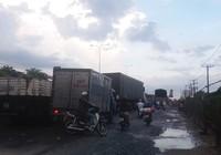 Quốc lộ 1A: Xe máy leo lề vì xe tải lấn ngang