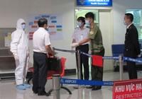Đo thân nhiệt hành khách đến từ Hàn Quốc tại sân bay