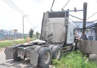Xe container húc đổ cột điện, đâm nứt tường nhà dân