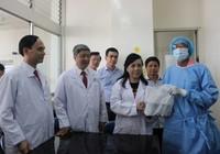 Bộ trưởng Y tế thăm điều dưỡng bị bệnh nhân tâm thần đổ xăng đốt cháy
