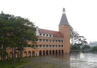 Chùm ảnh: Ngôi trường thu hút khách du lịch nhất ở Đà Lạt